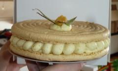 Gâteau macaron mousseline au citron vert, ananas poêlé et framboises