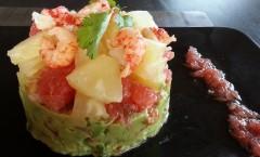 Salade de guacamole aux écrevisses, ananas et tomates à la vinaigrette d'agrumes