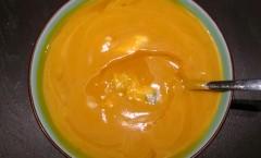 Velouté de potimarron à la châtaigne, gorgonzola et huile de noisettes
